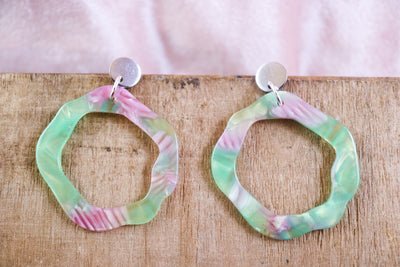 Organic circle earrings green & pink