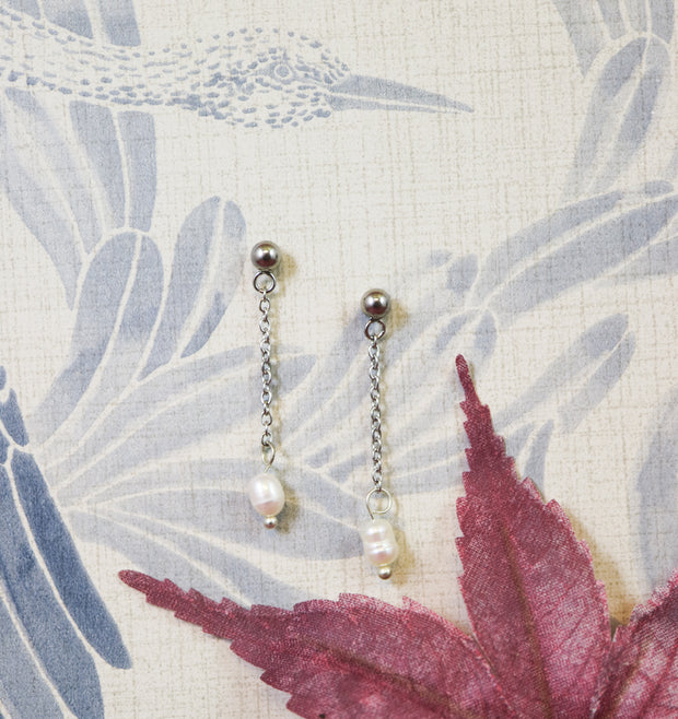 Silver chained irregular freshwater pearl earrings (Limited edition)