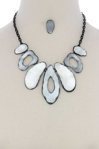 Organic shape short necklace