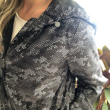 Load image into Gallery viewer, Betty Basics Knox Spray Jacket CAMO