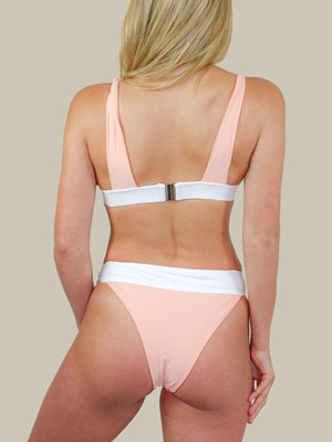 The back of the ELLEJAY Buzios Bikini Top is simple and sweet. This top has a clasp closure and thick band.