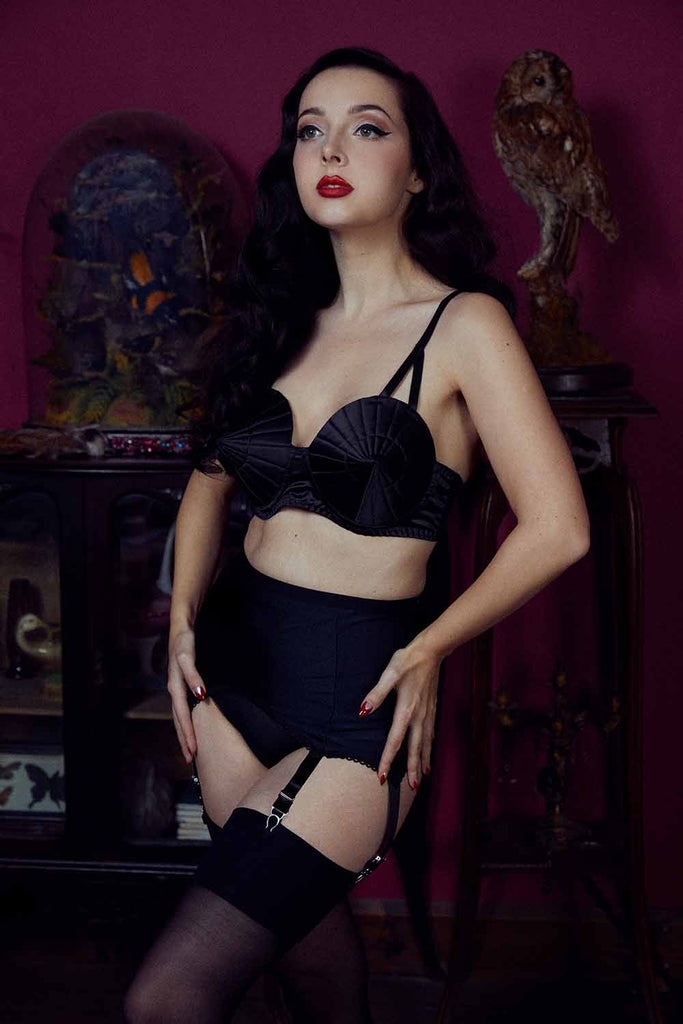 Kiss Me Deadly Retro Classics 8-Strap Suspender Belt