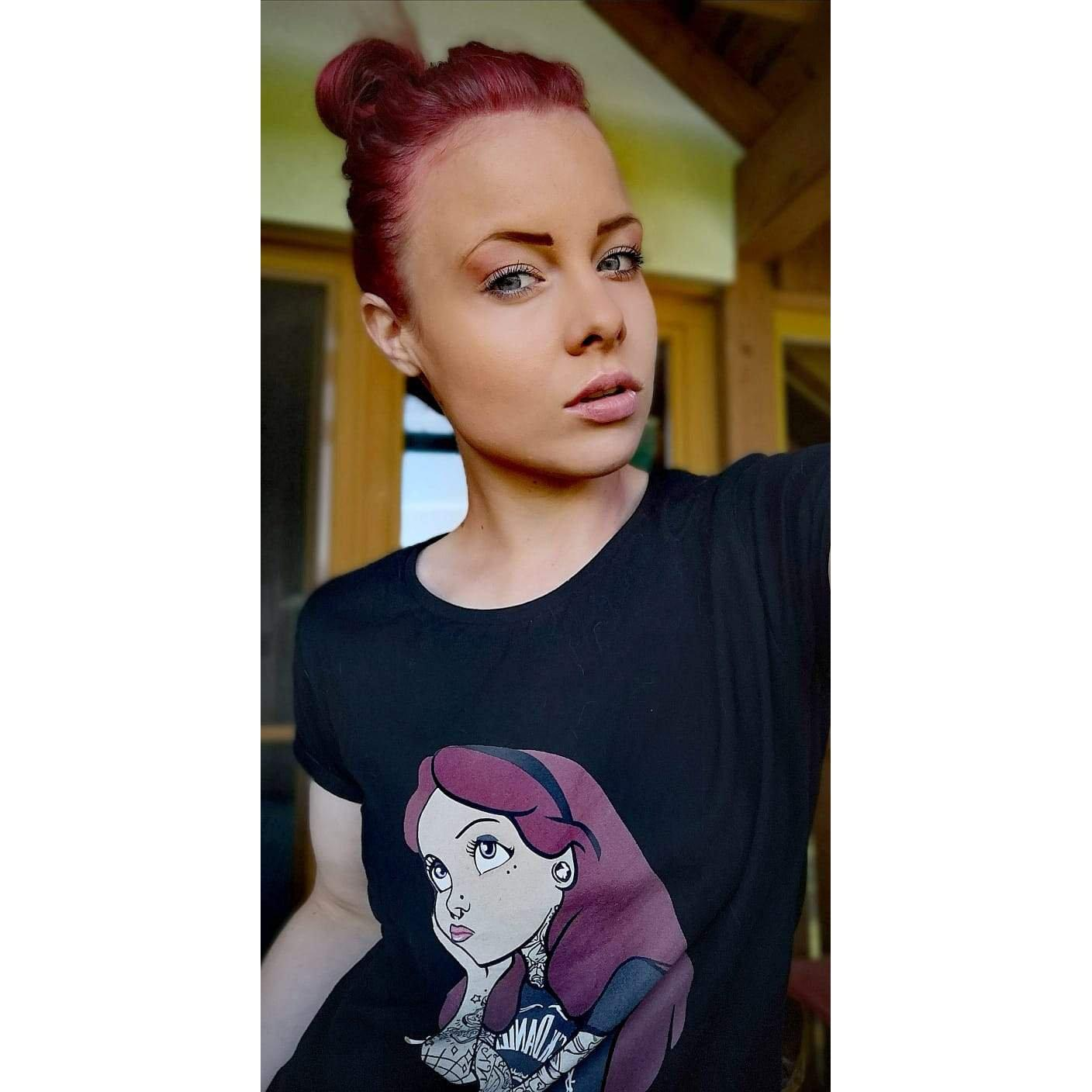 Alice Indie Swag Red Hair - Rave On!® - Damenshirt Damen Basic T-Shirt - Rave On!® der Club & Techno Szene Shop für Coole Junge Mode Streetwear Style & Fashion Outfits + Sexy Festival 420 Stuff