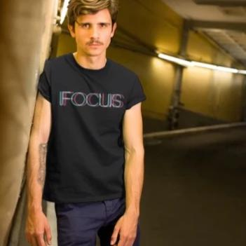 FOCUS trippy -Rave On!® - Herren Shirt Herren Basic T-Shirt - Rave On!® der Club & Techno Szene Shop für Coole Junge Mode Streetwear Style & Fashion Outfits + Sexy Festival 420 Stuff
