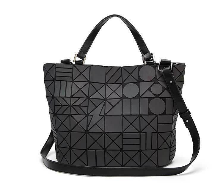 Holographisch leuchtende Handtasche - geometric Luminous-Rave-On! I www.rave-on.shop I Deine Rave & Techno Szene Shop I bag, bags, casual, fashion, female, femme, frau, geometric, geometrisch, handbags, handtasche, holo, holographic, holographisch, leuchten, leuchtend, leuchtet, lumi, lumi collection, luminous, mirror, new, rave attire, rave wear, shoulder bag, tasche, tote bags, trending, täschchen, women - Sexy Festival Streetwear , Clubwear & Raver Style
