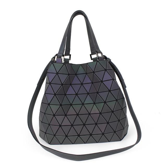 Holographisch leuchtende Handtasche - geometric Luminous-C-Rave-On! I www.rave-on.shop I Deine Rave & Techno Szene Shop I bag, bags, casual, fashion, female, femme, frau, geometric, geometrisch, handbags, handtasche, holo, holographic, holographisch, leuchten, leuchtend, leuchtet, lumi, lumi collection, luminous, mirror, new, rave attire, rave wear, shoulder bag, tasche, tote bags, trending, täschchen, women - Sexy Festival Streetwear , Clubwear & Raver Style