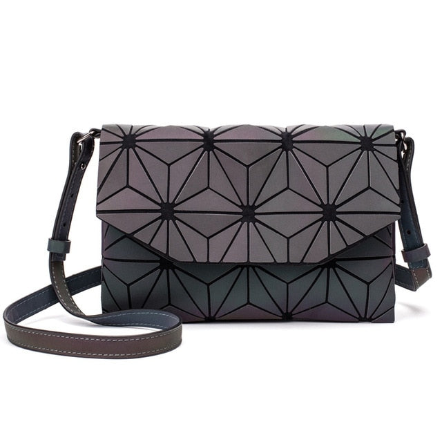 Holographisch leuchtende Schultertasche - geometric Luminous-Luminous D-Rave-On! I www.rave-on.shop I Deine Rave & Techno Szene Shop I bags, casual, clutch, fashion, female, femme, frauen, geometric, geometrisch, girl, hand bag, handbag, handbags, holographic, holographisch, leuchtend, lumi, lumi collection, luminous, rave attire, rave on, rave wear, shoulder, shoulder bags, trendig, trending, women - Sexy Festival Streetwear , Clubwear & Raver Style