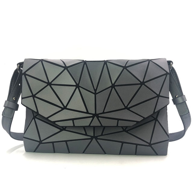 Holographisch leuchtende Schultertasche - geometric Luminous-Gray-Rave-On! I www.rave-on.shop I Deine Rave & Techno Szene Shop I bags, casual, clutch, fashion, female, femme, frauen, geometric, geometrisch, girl, hand bag, handbag, handbags, holographic, holographisch, leuchtend, lumi, lumi collection, luminous, rave attire, rave on, rave wear, shoulder, shoulder bags, trendig, trending, women - Sexy Festival Streetwear , Clubwear & Raver Style