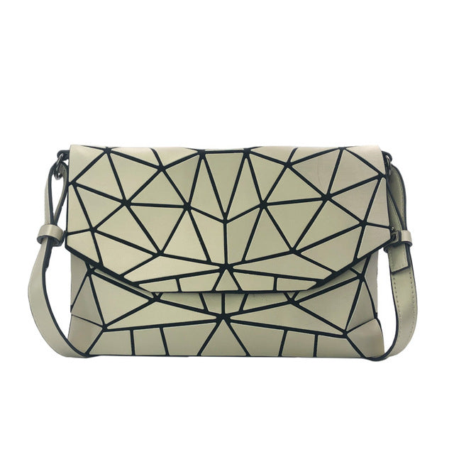 Holographisch leuchtende Schultertasche - geometric Luminous-Gold-Rave-On! I www.rave-on.shop I Deine Rave & Techno Szene Shop I bags, casual, clutch, fashion, female, femme, frauen, geometric, geometrisch, girl, hand bag, handbag, handbags, holographic, holographisch, leuchtend, lumi, lumi collection, luminous, rave attire, rave on, rave wear, shoulder, shoulder bags, trendig, trending, women - Sexy Festival Streetwear , Clubwear & Raver Style