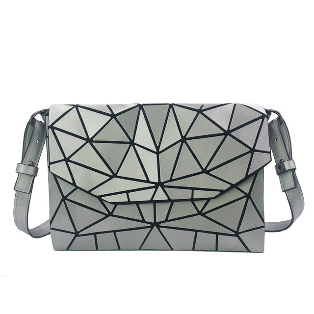 Holographisch leuchtende Schultertasche - geometric Luminous-Silver-Rave-On! I www.rave-on.shop I Deine Rave & Techno Szene Shop I bags, casual, clutch, fashion, female, femme, frauen, geometric, geometrisch, girl, hand bag, handbag, handbags, holographic, holographisch, leuchtend, lumi, lumi collection, luminous, rave attire, rave on, rave wear, shoulder, shoulder bags, trendig, trending, women - Sexy Festival Streetwear , Clubwear & Raver Style