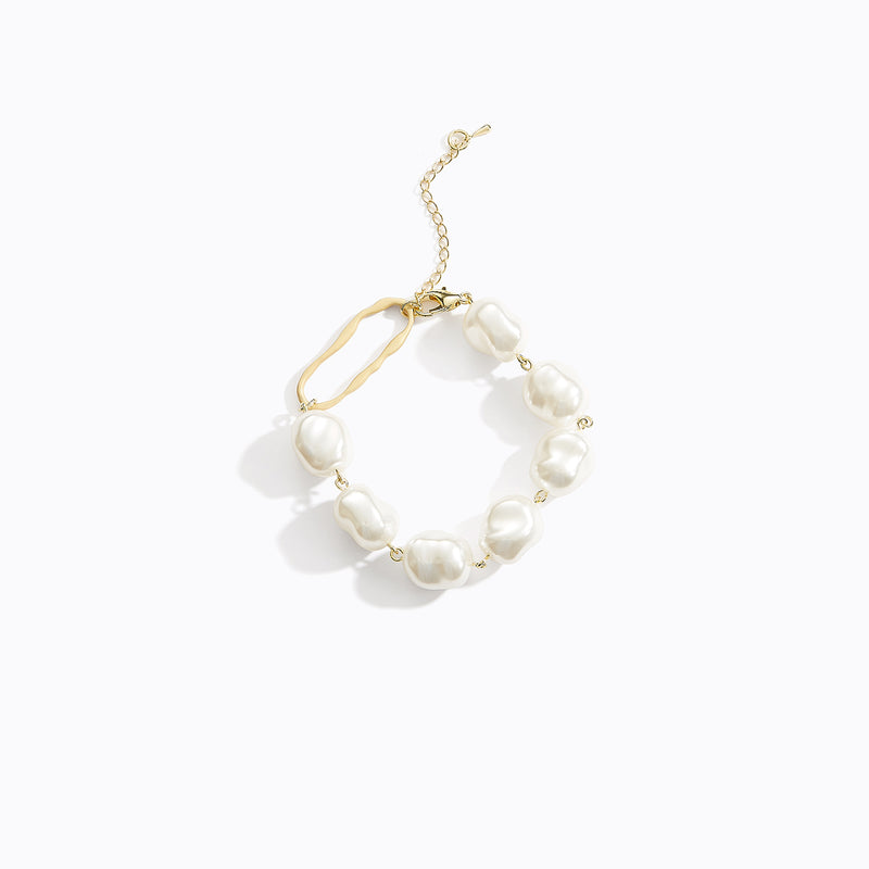 Pearl Bracelet with Oval Detail