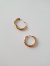 Load image into Gallery viewer, ELLUM hoop earrings