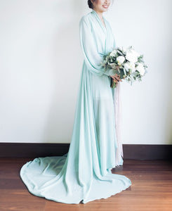 long dressing gown for wedding with bouquet