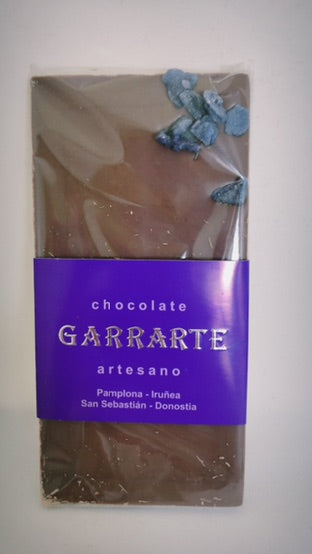 Tableta de chocolate con leche y violetas