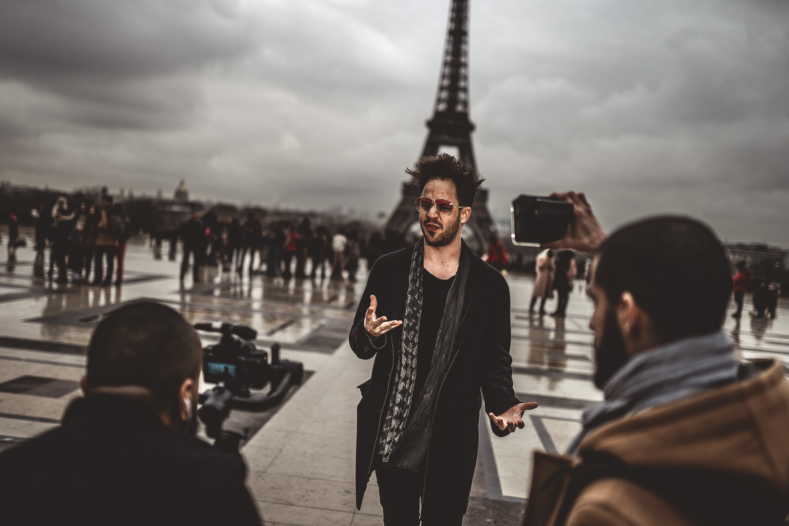 Photograph of a youtubeur in front of the Eiffel Tower