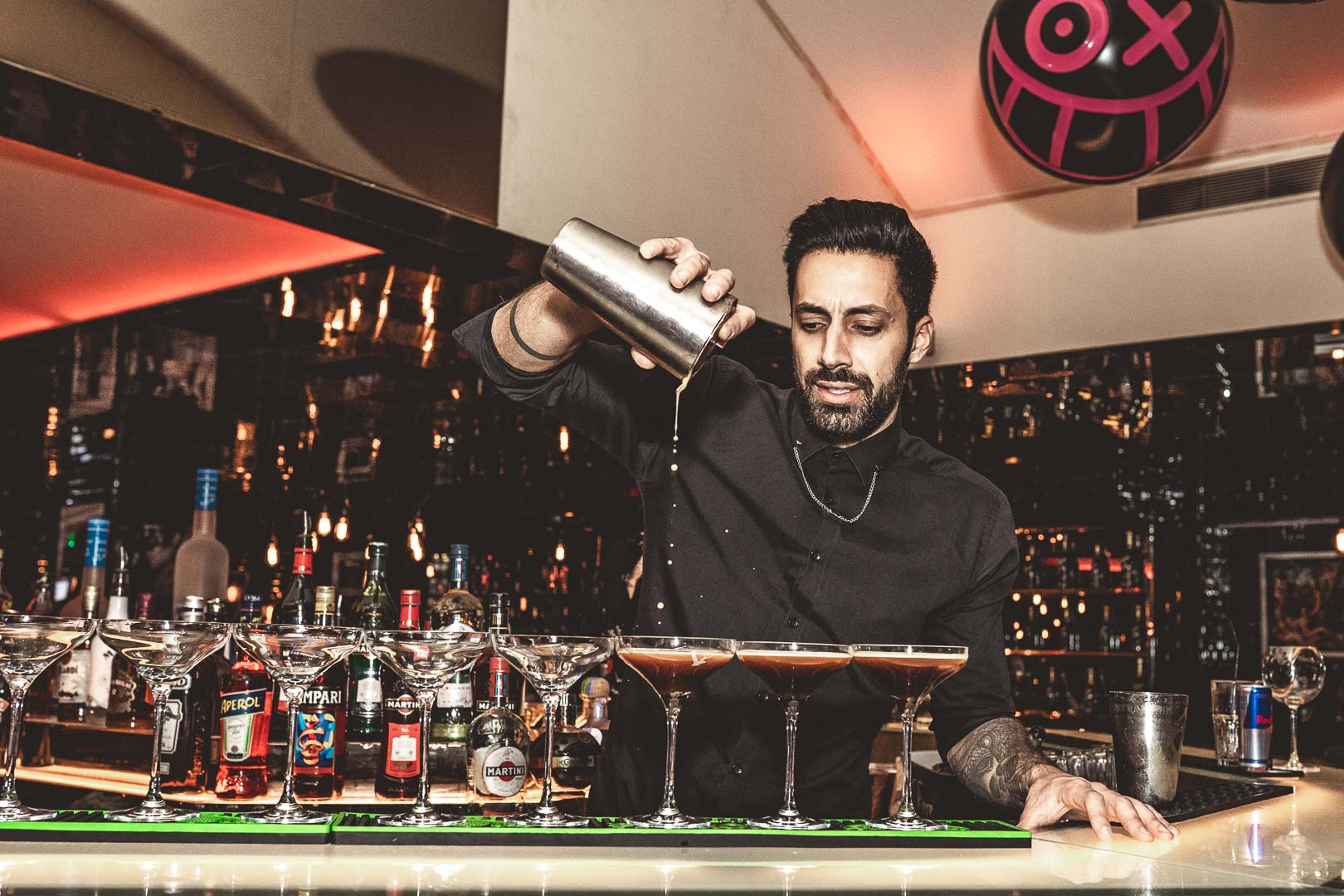 Barman fait des cocktails au checker
