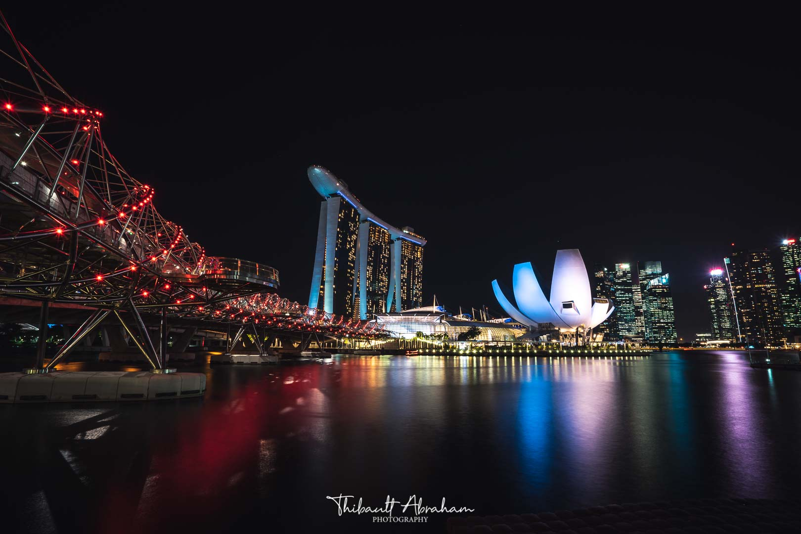 Photographie de Marina Bay Sands et Helix bridge la nuit