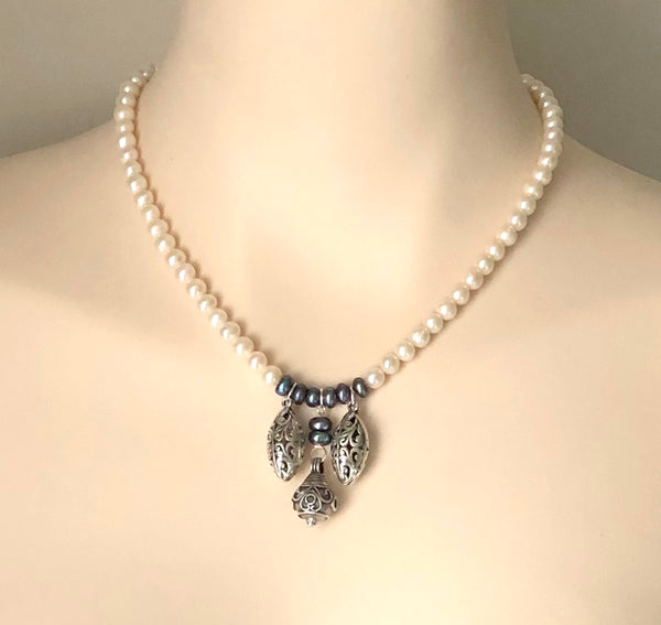 Silver pendant pearl necklace