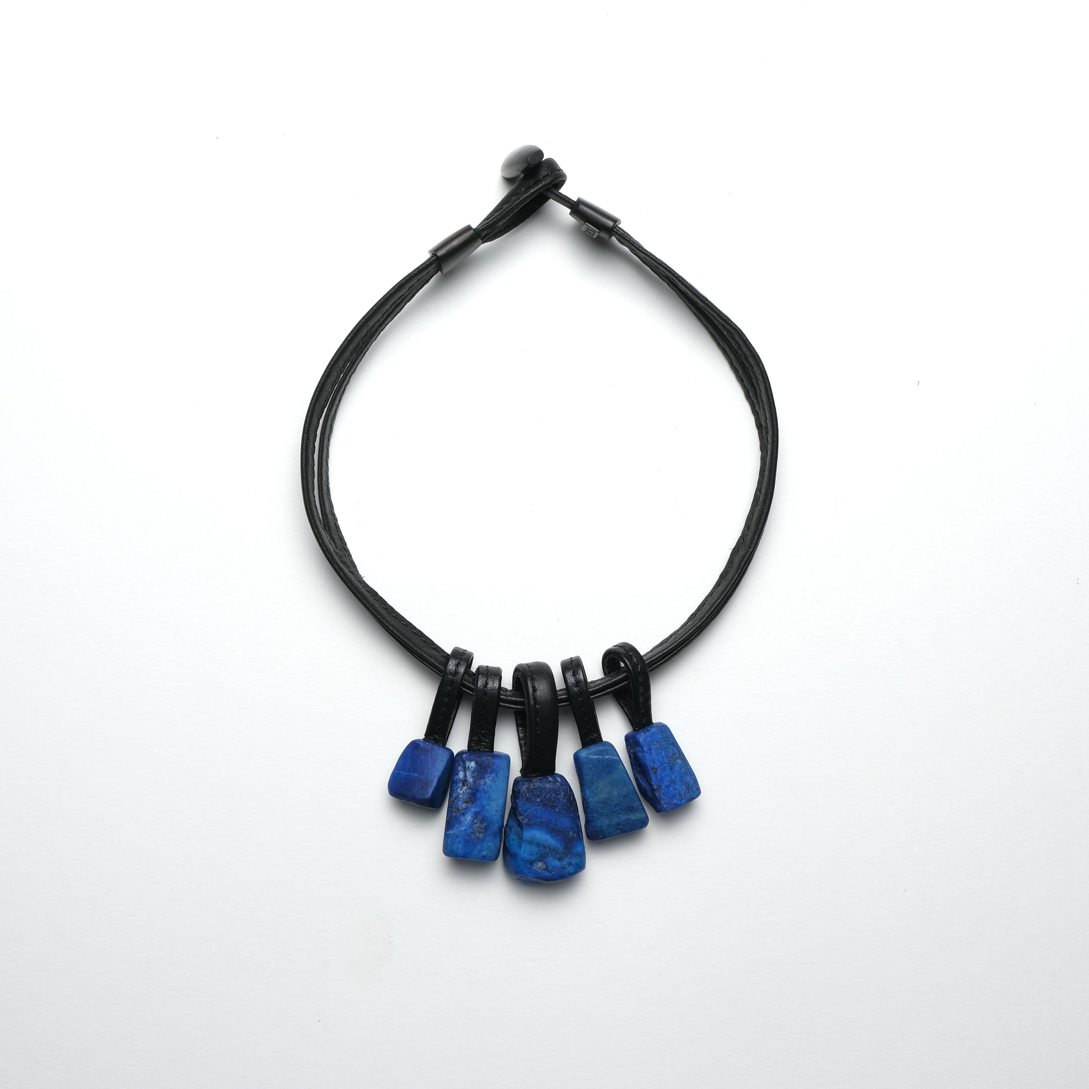 Necklace in leather and lapis lazuli