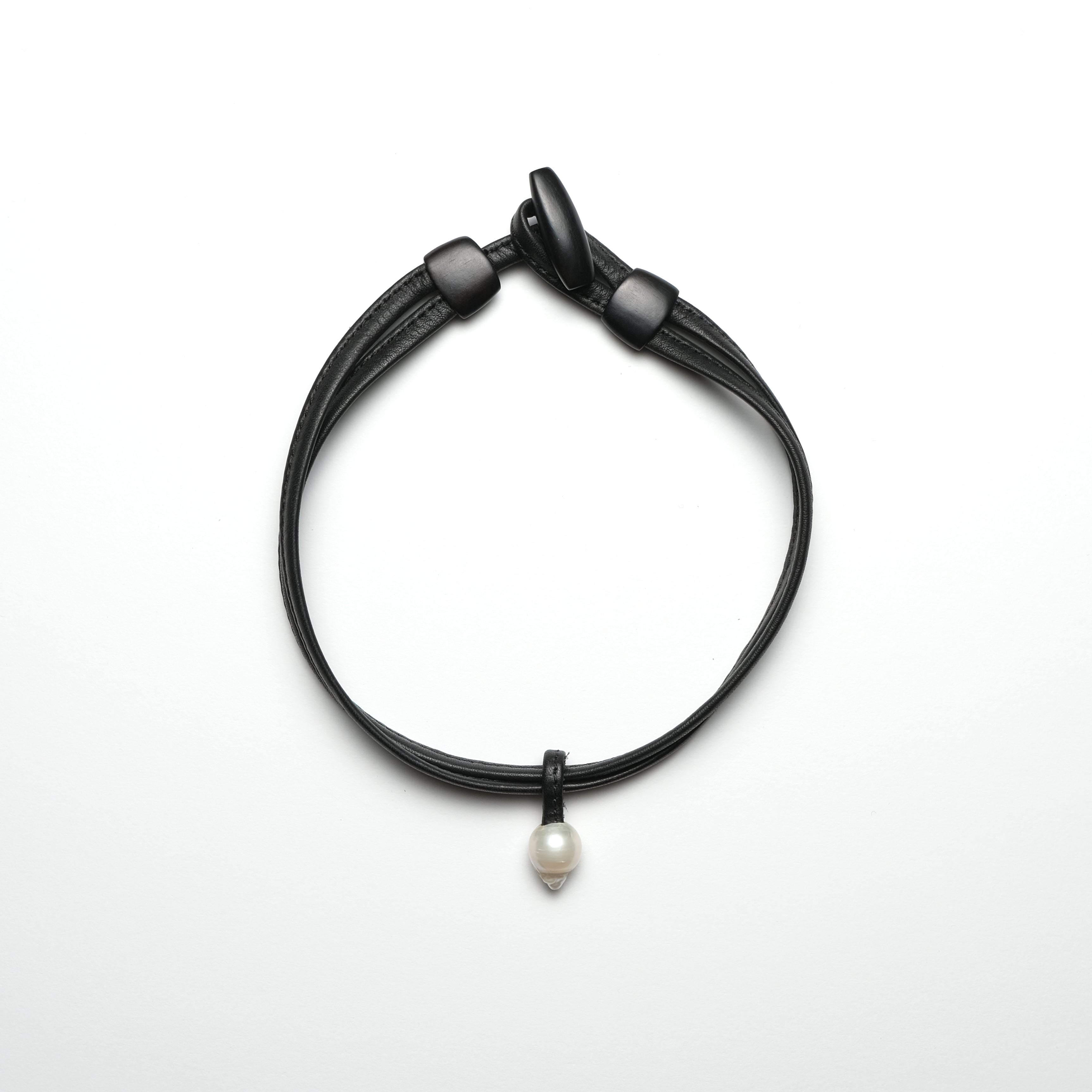 Necklace in leather and pearl