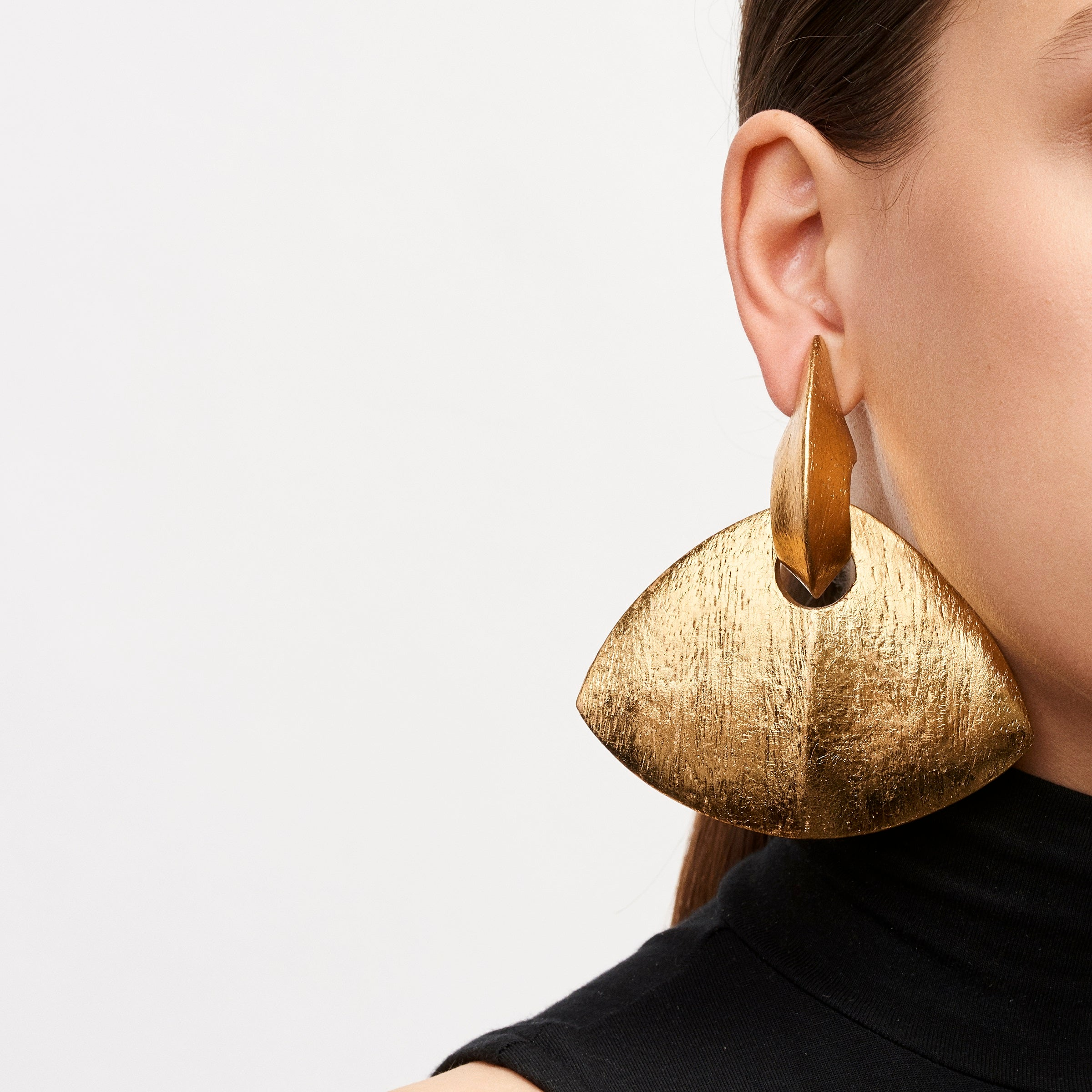 Earring in acacia and gold foil