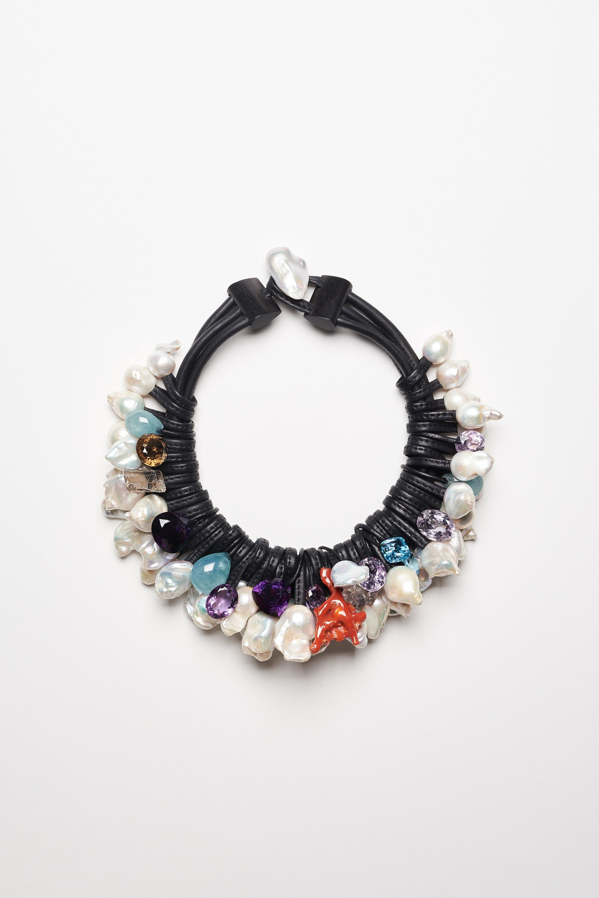 Necklace in pearls and stones