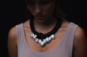 Necklace in baroque pearls and leather