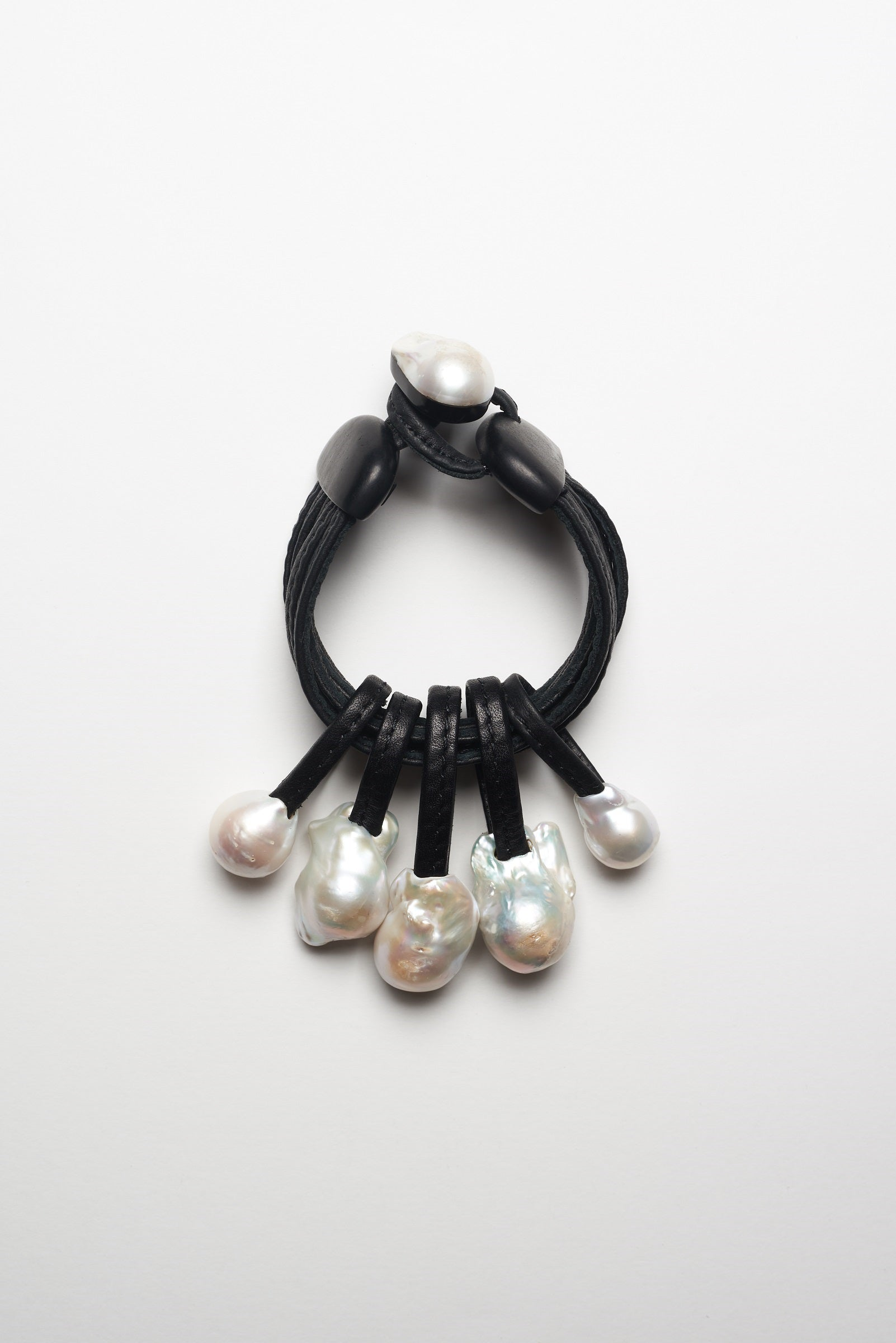 Bracelet in baroque fresh water pearls and leather