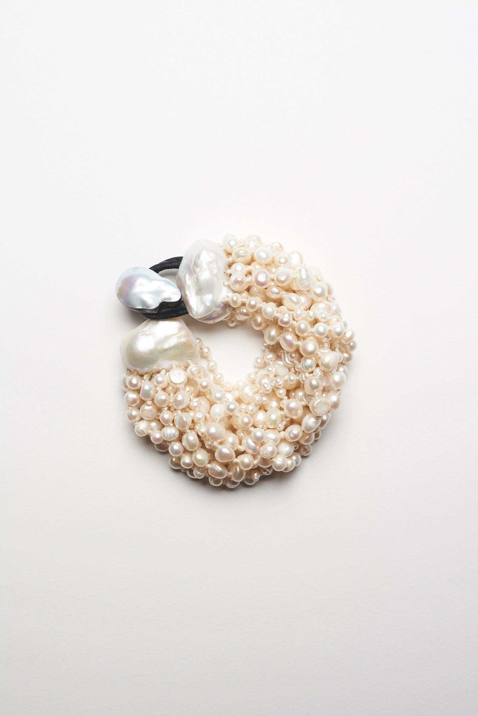 Bracelet in freshwater pearls, baroque pearls and leather