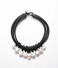 Load image into Gallery viewer, Necklace in baroque pearls and leather