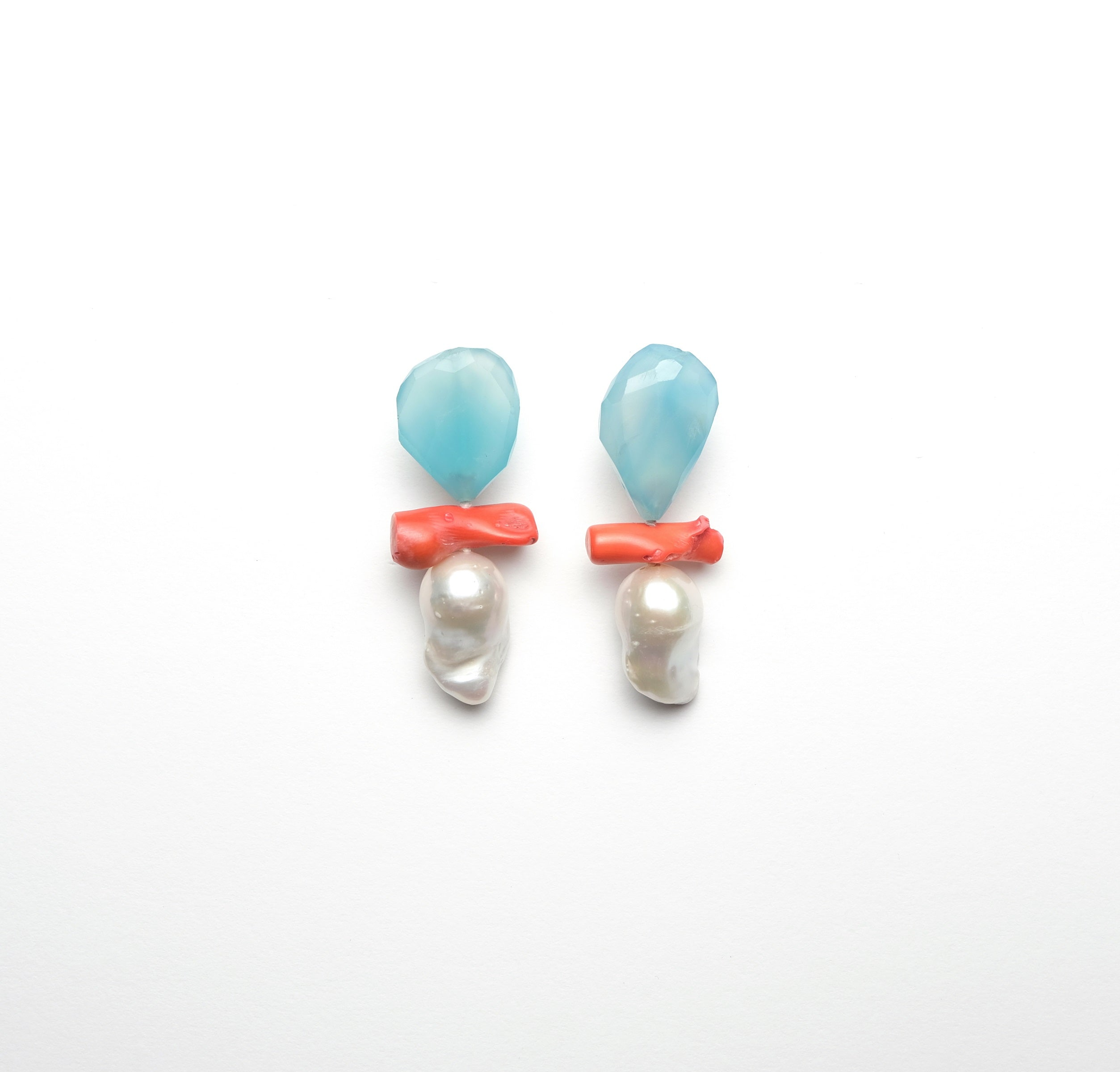 Earclips in baroque pearls, dyed agath and coral