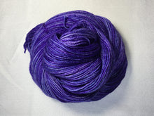 Load image into Gallery viewer, i Bee weaving | Fingering | Queen Bee - Silver | 84% SW Merino, 16% Stellina | 425 yards | 115 grams