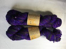 Load image into Gallery viewer, i Bee weaving | Worsted | Drone Bee | 100% SW Merino | 200 yards | 110 grams