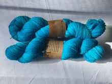 Load image into Gallery viewer, I Bee weaving | Fingering | Forager Bee | 75% SW Merino, 25% Nylon | 440 yards | 100 grams
