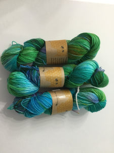 I Bee weaving | Fingering | Forager Bee | 75% SW Merino, 25% Nylon | 440 yards | 100 grams