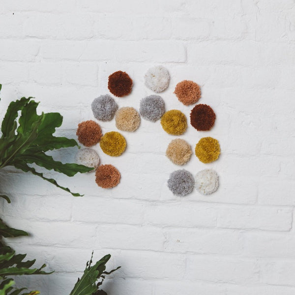 jacky-and-family-pompons-muraux-laine-multicolore-1