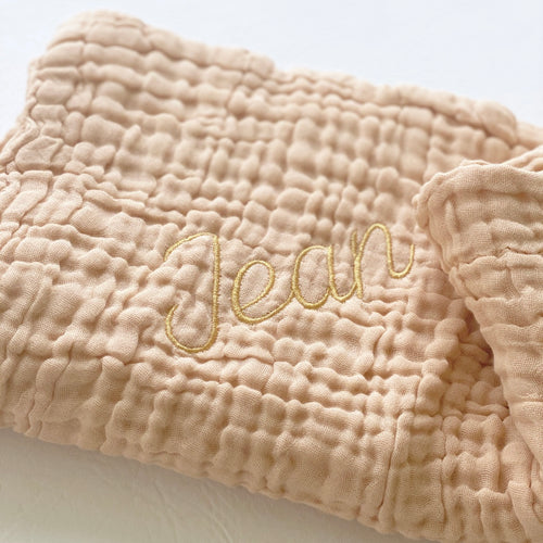 jacky-and-family-couverture-prenom-personnalisee-gaze-de-coton-beige-or-1