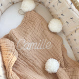jacky-and-family-couverture-presonnalisee-beige-gaze-pompons-broderie-prenom-1