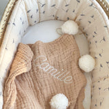 jacky-and-family-couverture-presonnalisee-beige-gaze-pompons-broderie-prenom-5