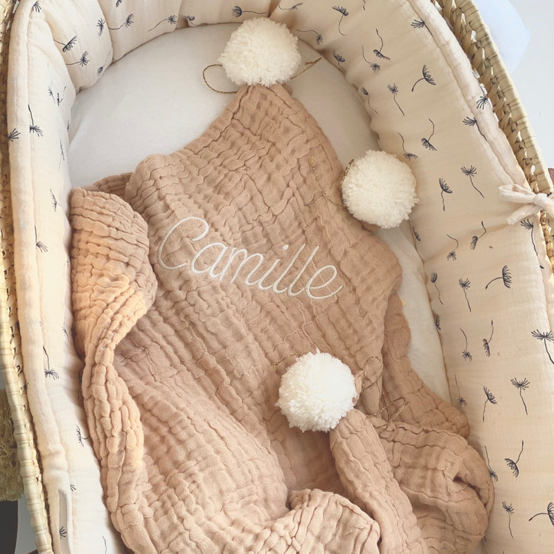 jacky-and-family-couverture-presonnalisee-beige-gaze-pompons-broderie-prenom-2
