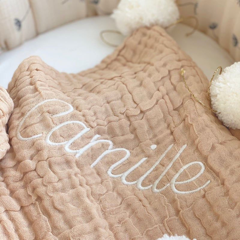 jacky-and-family-couverture-presonnalisee-beige-gaze-pompons-broderie-prenom-3