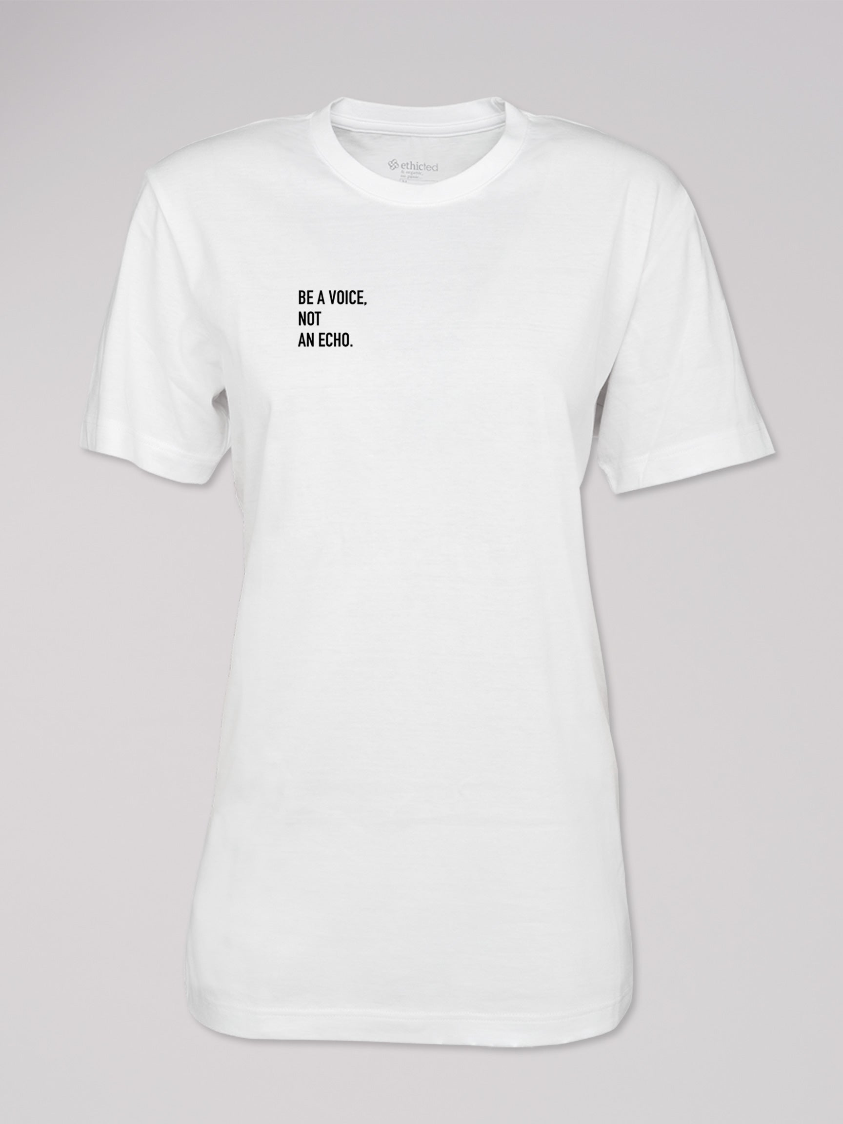 "T-Shirt Heshima mit Text ""Be a Voice. Not an Echo."" von ethicted in weiß."