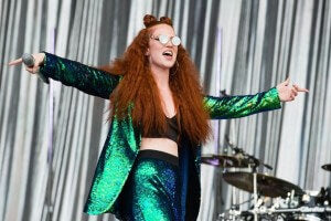 jess-glynne-hair-style-at-glastonbury-festival-2016