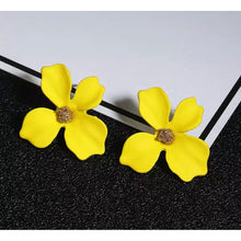 Load image into Gallery viewer, Flower Studs