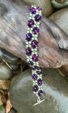 This gorgeous Swarovski Purple Velvet crystal and Scarabaeus green Swarovski pearl bracelet measures approximately 7