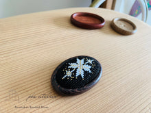 Load image into Gallery viewer, プラナカンビーズ刺繍ブローチキット(雪の結晶/こげ茶台座)Peranakan Beading Broach Kit (snow crystal/ dark brown broach frame)