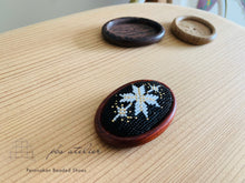 Load image into Gallery viewer, プラナカンビーズ刺繍ブローチキット(雪の結晶/赤茶台座)Peranakan Beading Broach Kit (snow crystal/ Red paddock broach frame)