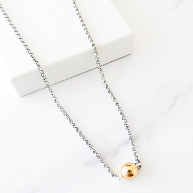 Short necklace with ball connector, silver and yellow gold