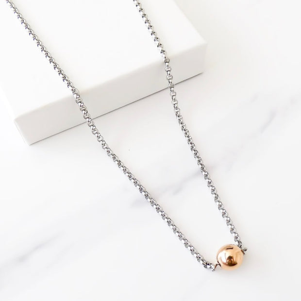 Short necklace with ball connector, silver and rose gold