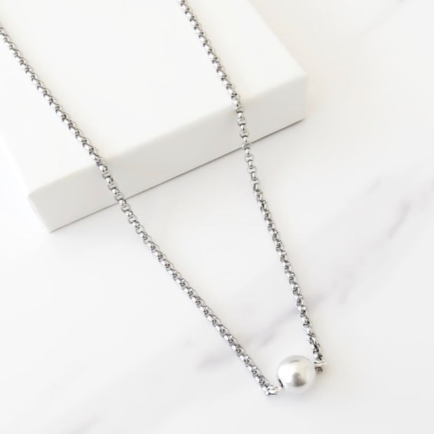 Short necklace with ball connector